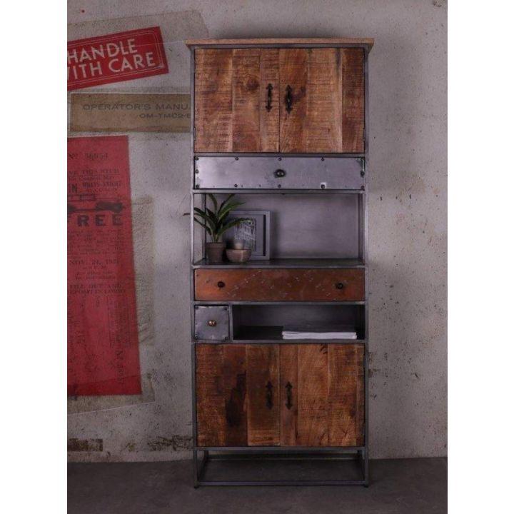 Boekenkast industrieel met deuren. Deze boekenkast is gemaakt van mangohout gecombineerd met metaal en bevat vier deurtjes en drie lades.