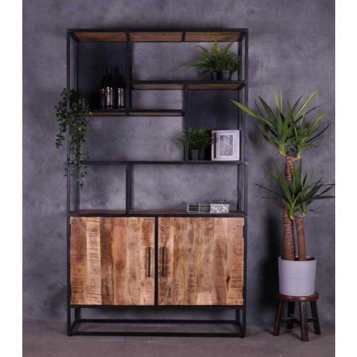 Boekenkast mangohout gecombineerd met staal en twee deuren en zeven opbergvakken.