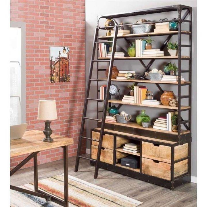 Industriële boekenkast met ladder van mangohout gecombineerd met staal. Boekenkast bevat vier lades, twee kleine open vakken en vijf planken.