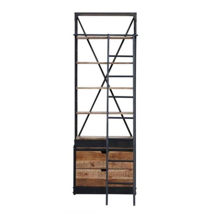 Smalle industriële mangohouten boekenkast met stalen ladder. Boekenkast bevat twee lades en vijf mangohouten planken.