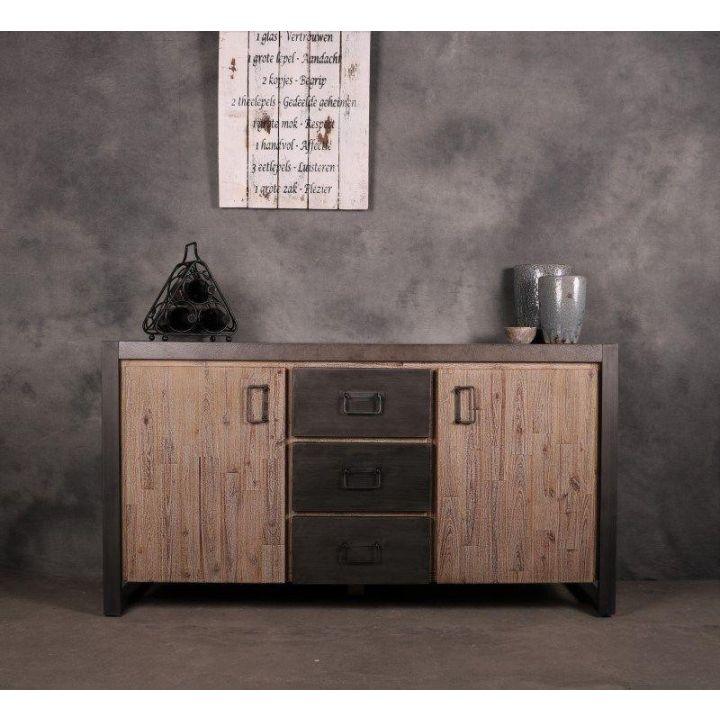 Dressoir 150 cm breed. Dit dressoir is gemaakt van massief acaciahout gecombineerd met metaal. Het dressoir heeft twee deurtjes en drie lades.