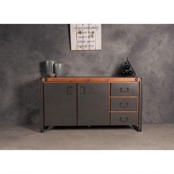 Dressoir 150 cm breed. Dit dressoir is gemaakt van ijzer in combinatie met acaciahout. Het dressoir heeft twee deurtjes en drie lades.