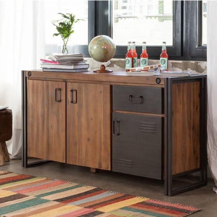 Dressoir 150 cm breed. Dit dressoir is gemaakt van acaciahout in combinatie met staal. Het dressoir heeft één lade en drie deurtjes.
