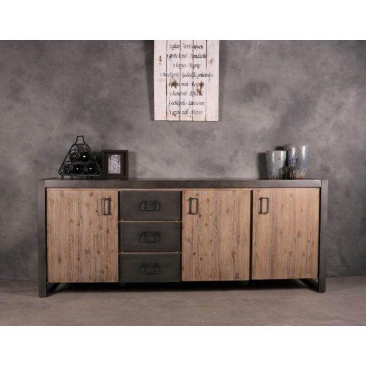 Dressoir 200 cm. Dit dressoir bevat drie deurtjes en drie lades. Het dressoir is gemaakt van acaciahout in combinatie met ijzer.