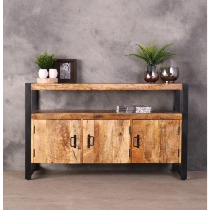 Dressoir britt mangohout. Dit dressoir bestaat uit drie deurtjes en een open vak. Het dressoir is gemaakt van mangohout in combinatie met zwart ijzer.