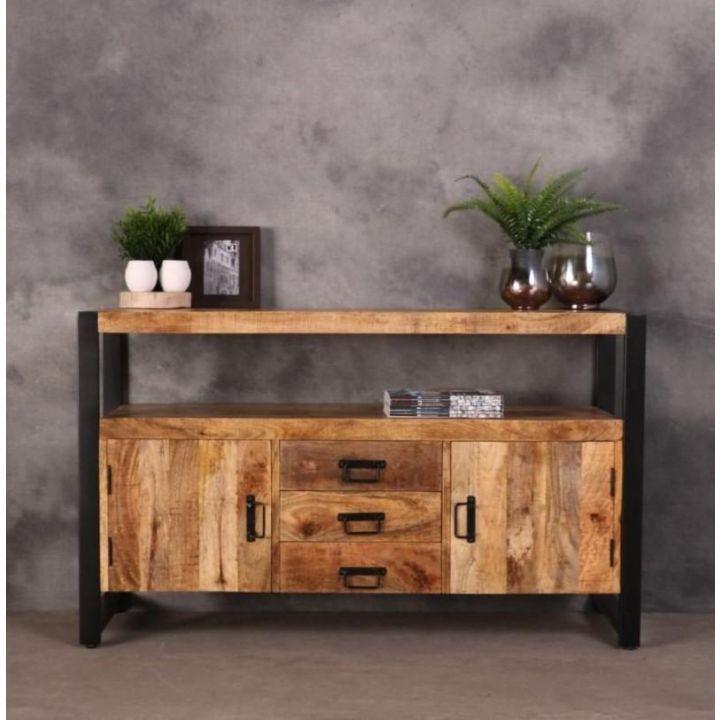 Dressoir Britt. Dit dressoir is gemaakt van mangohout in combinatie met staal. Het dressoir heeft twee deurtjes, drie lades en een breed open vak.