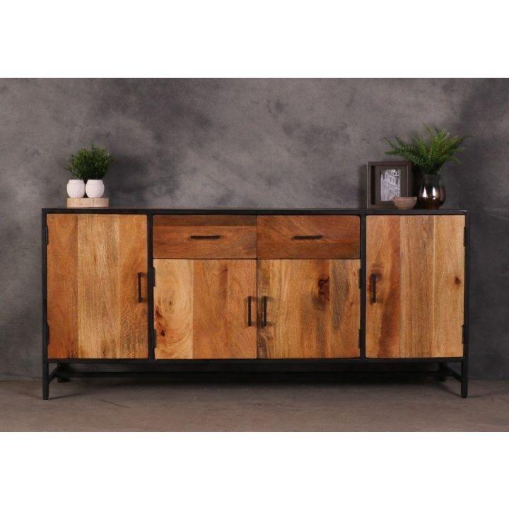Dressoir industrieel 180 cm. Dit dressoir bevat twee grotere deurtjes, twee kleinere deurtjes en twee lades.