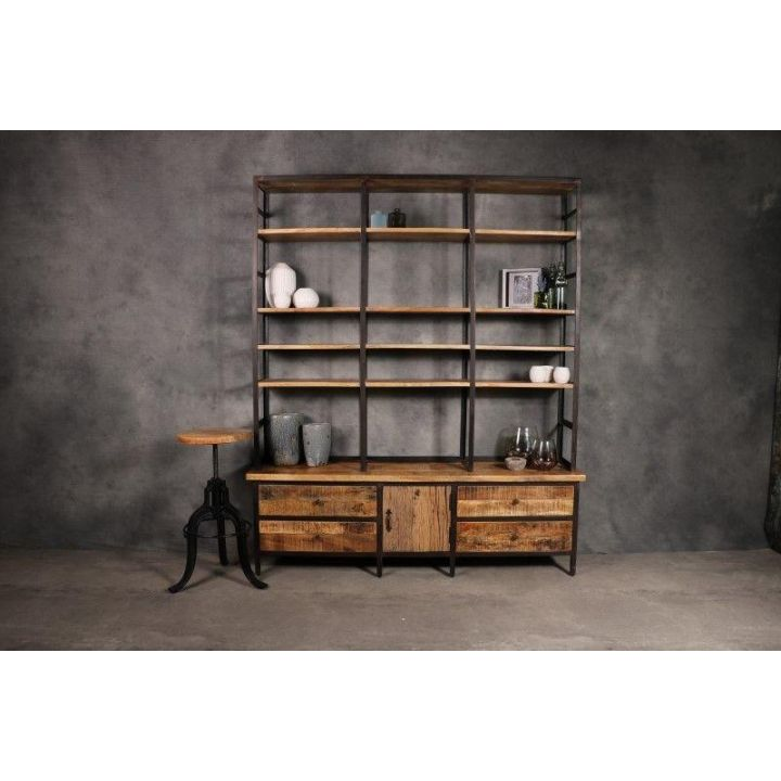 Industriële boekenkast gecombineerd met staal. De kast heeft  vier lades en een deurtje.