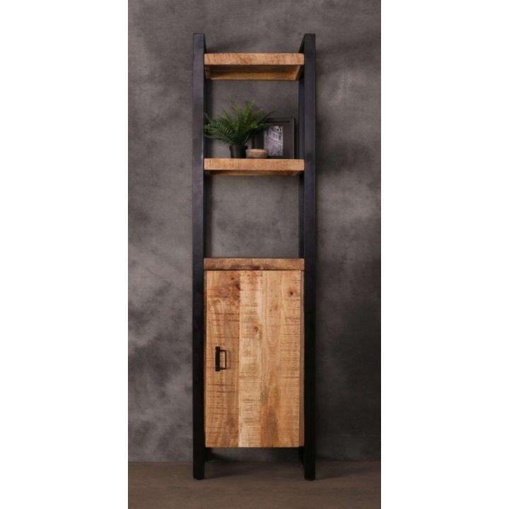 Industriële boekenkast mangohout gecombineerd met zwart staal. Boekenkast heeft een deurtje en drie legplanken.