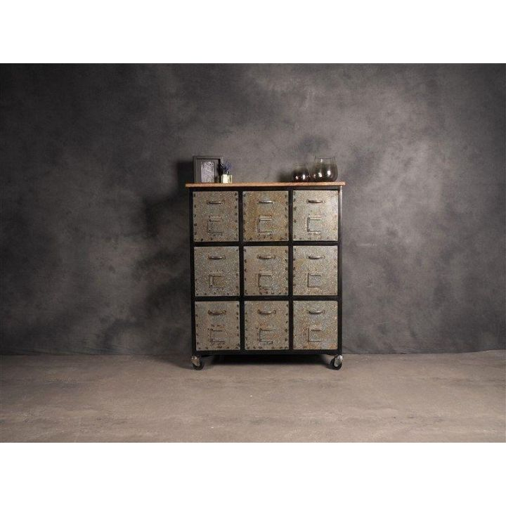 Industriële kast met lades. Deze ladekast heeft negen opberglades van ijzer en heeft een mangohouten bovenblad.