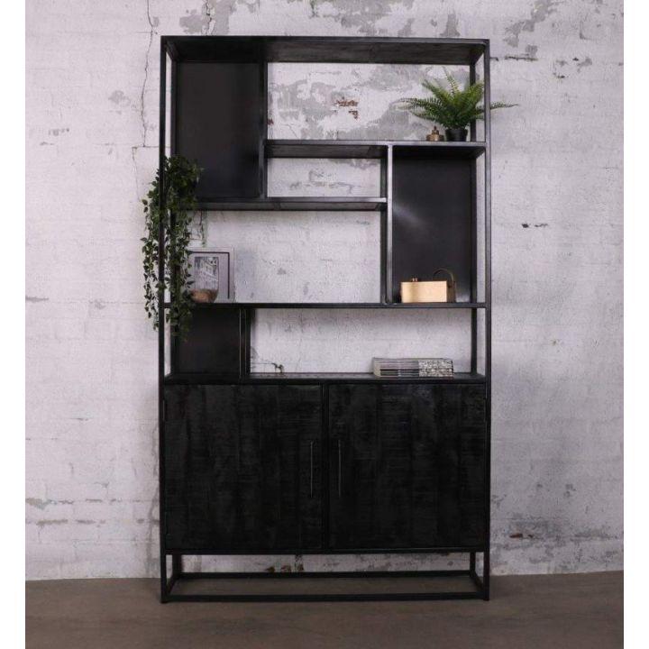 Kast industrieel zwart. Gemaakt van zwart mangohout gecombineerd met staal. Onder twee deuren en boven zeven, verspringende,  open vakken.