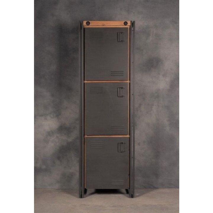 Industriële lockerkast. Deze lockerkast is gemaakt van acaciahout gecombineerd met ijzer. De lockerkast heeft drie deurtjes.