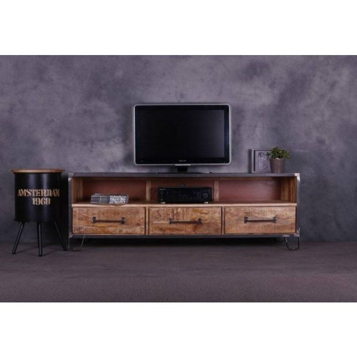 Industrieel tv meubel van 180 cm breed. Gemaakt van mangohout met staal. Onder drie lades en boven een groot open vak.